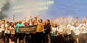 Irfan Ramli and Triawan Munaf present Agency of the Year 2015 award to J. Walter Thompson | AdDiction